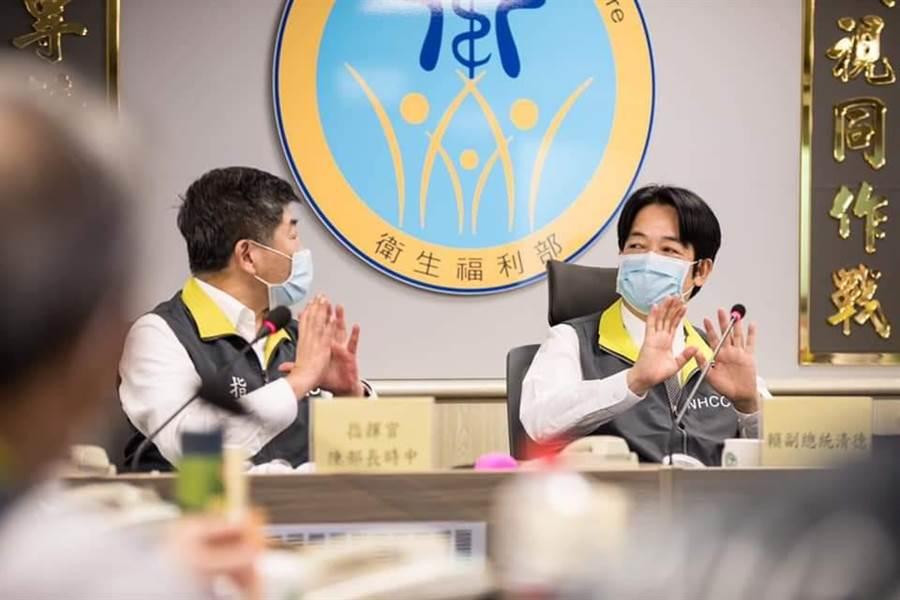 副總統賴清德(右)視察疫情中心,左為衛福部長兼疫情指揮中心指揮官陳時中。(取自賴清德臉書)