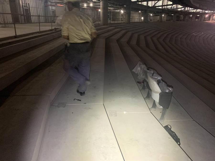 台北大巨蛋被發現疑似違法裝設座椅。(台北市建管處提供/張立勳台北傳真)