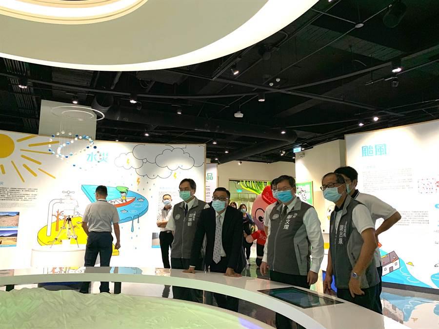 桃園市長鄭文燦21日到桃園防災教育館體驗。(賴佑維攝)