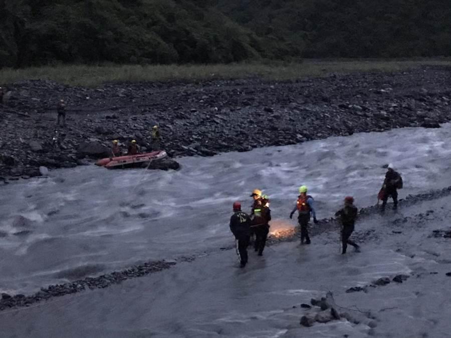 好茶橋因溪水暴漲,有4人受困對岸,警消正想辦法救援。(民眾提供)