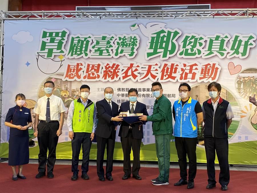 為感謝綠衣天使默默為載送口罩付出心力,佛教慈濟慈善事業基金會21日會同在地企業,捐贈1200份祝福包向郵務人員表達敬意。(蔡依珍攝)