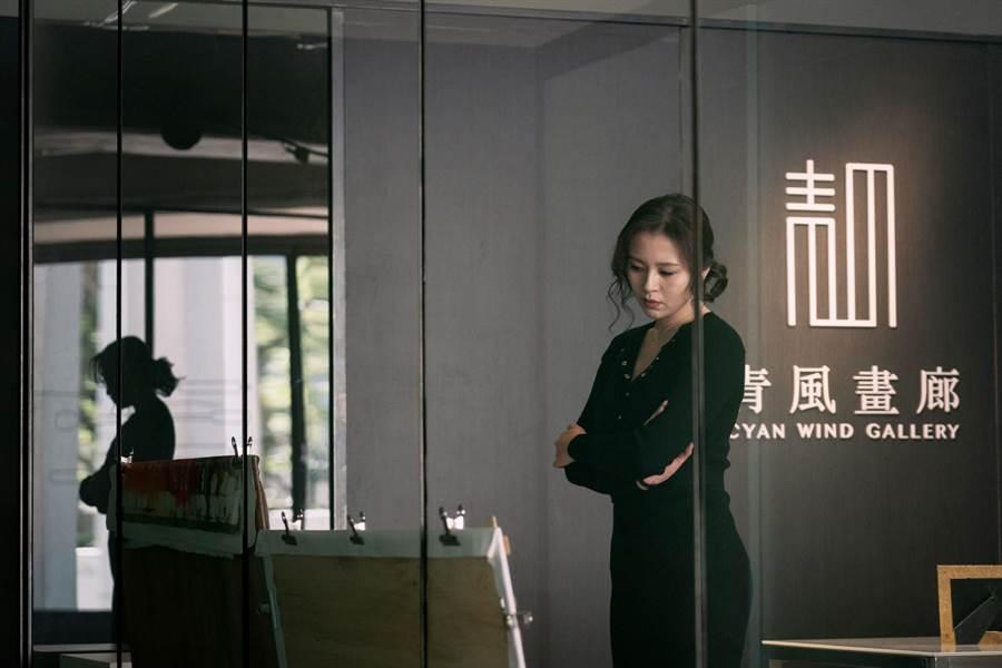 劉品言化身美麗的畫廊老闆,為捧紅畫家不惜使用見不得光的手段。(鏡象電影提供)