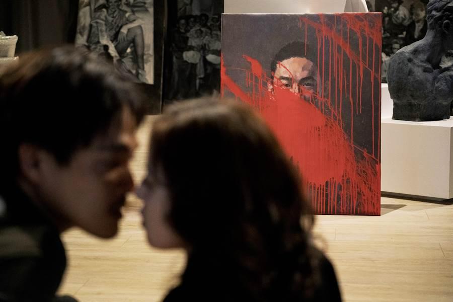 台北電影節釋出電影劇照,模糊的影像隱約透露兩人的神祕關係。(台北電影節提供)