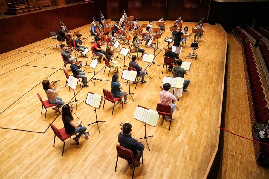 公視本周末開始將在網路上連推三場直播音樂會,由呂紹嘉指揮國家交響樂團演出。(杜宜諳攝)