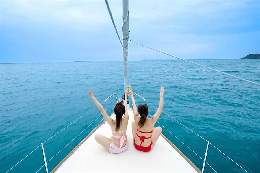 「帆船之旅.極致漫遊」專案房客能免費搭上法國頂級帆船,並大玩水上活動和享受輕食派對。(澎湖福朋喜來酒店提供)