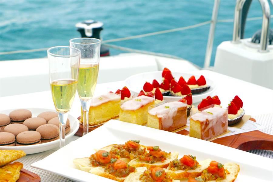 「帆船之旅.極致漫遊」的專案房客可在法國頂級帆船上享受輕食派對。(澎湖福朋喜來登酒店提供)