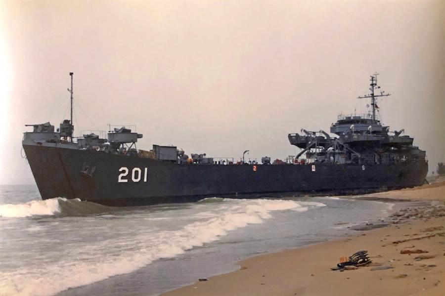 在1958年「823炮戰」期間擊沉2艘中共魚雷快艇的「中海艦」LST-201,日前已由海軍以1400萬元的廢鐵底價開標出售。(李金生攝)