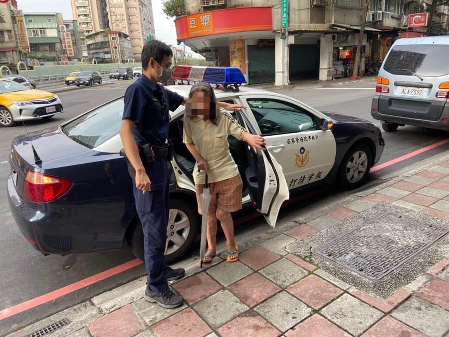 新北市永和警分局警員協助失智婦人返家。(永和警分局提供/葉書宏新北傳真)