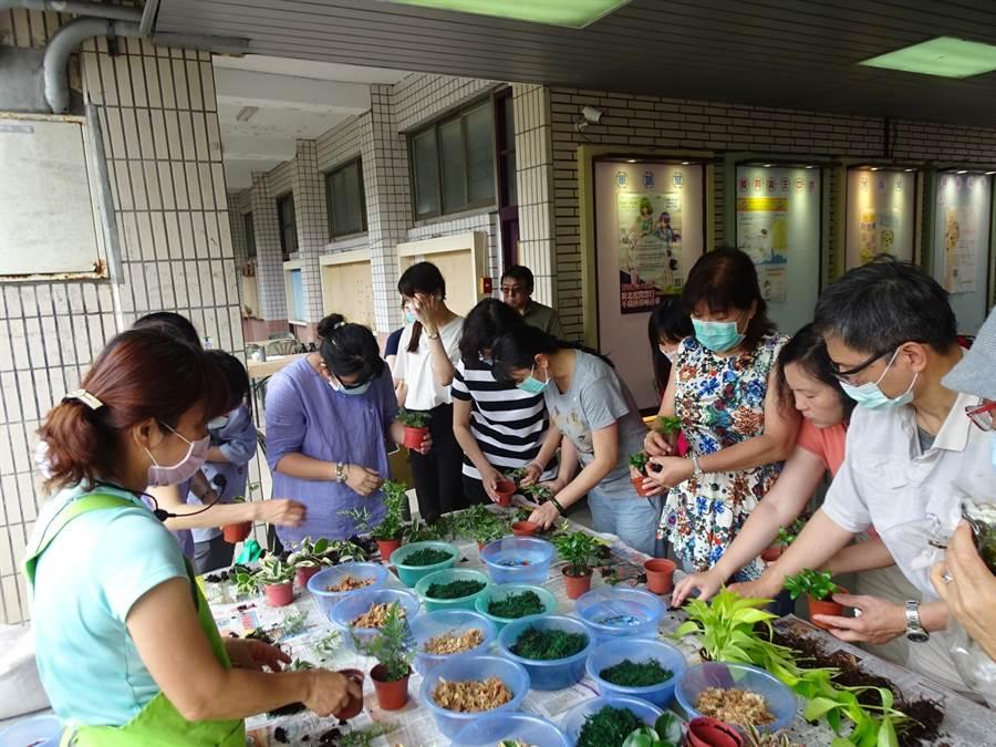 華夏科技大學在防疫期間,為守護同學心理健康,提升心靈免疫力,學務處資源教室自5月8日起,辦理6場次「植得幸福–療心樹」活動。(華夏科技大學提供/葉書宏新北傳真)