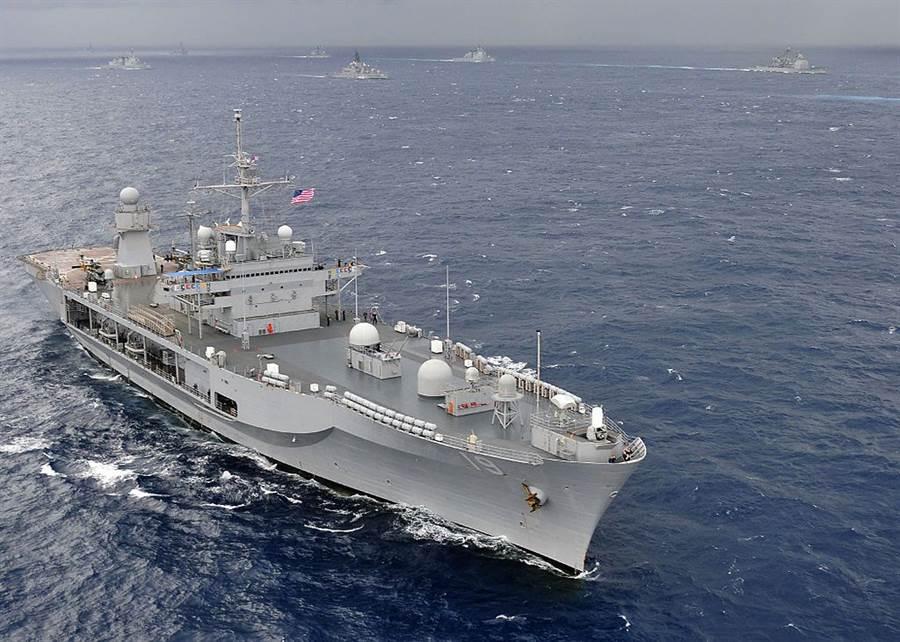 受新冠病毒影響,藍嶺號無法靠港,航行時間破了越戰時期紀錄。(圖/美國海軍)