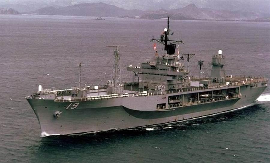 以前的藍嶺號,甲板上的天線型式與現在不同。(圖/美國海軍)