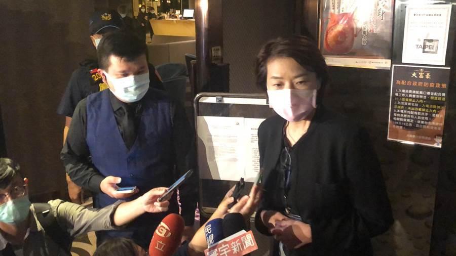 北市副市長黃珊珊晚間8點親赴錦州街視察酒店復業。(林郁平攝)