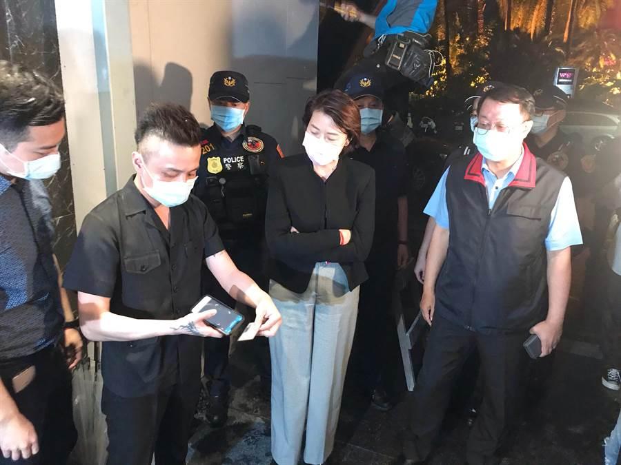 北市副市長黃珊珊(中)21日晚間視察首波復業的酒店業者。(張穎齊攝)