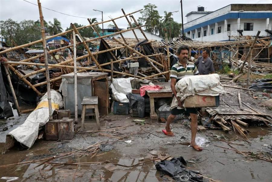 超級氣旋「安芬」侵襲印度東部和孟加拉,造成至少24人死亡。圖為印度重災區西孟加拉邦。(圖/路透)