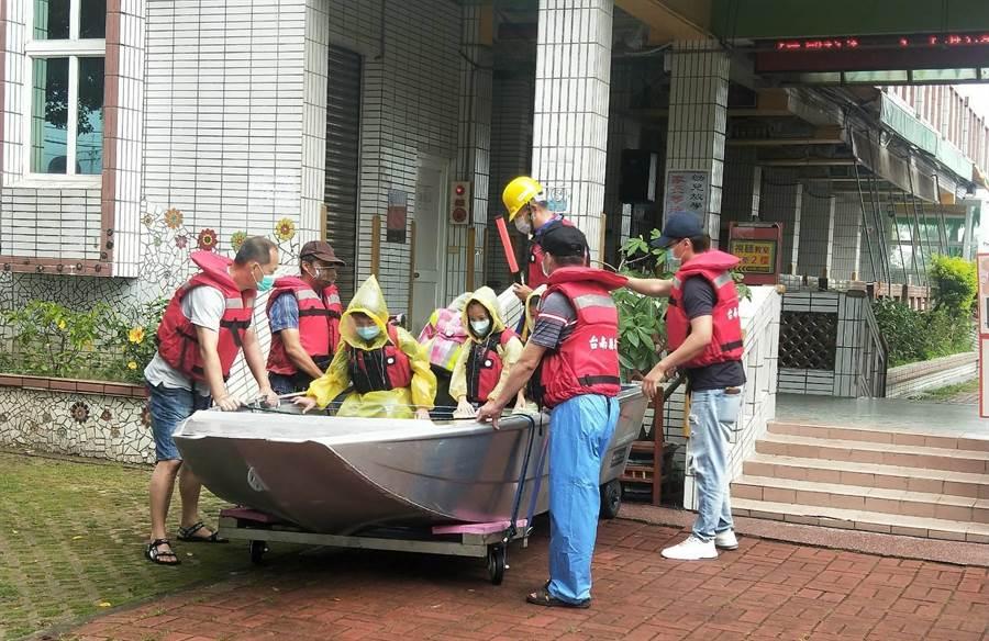 台南麻豆區北勢國小防水災演練,橡皮艇、鐵殼船出動超逼真。(劉秀芬攝)