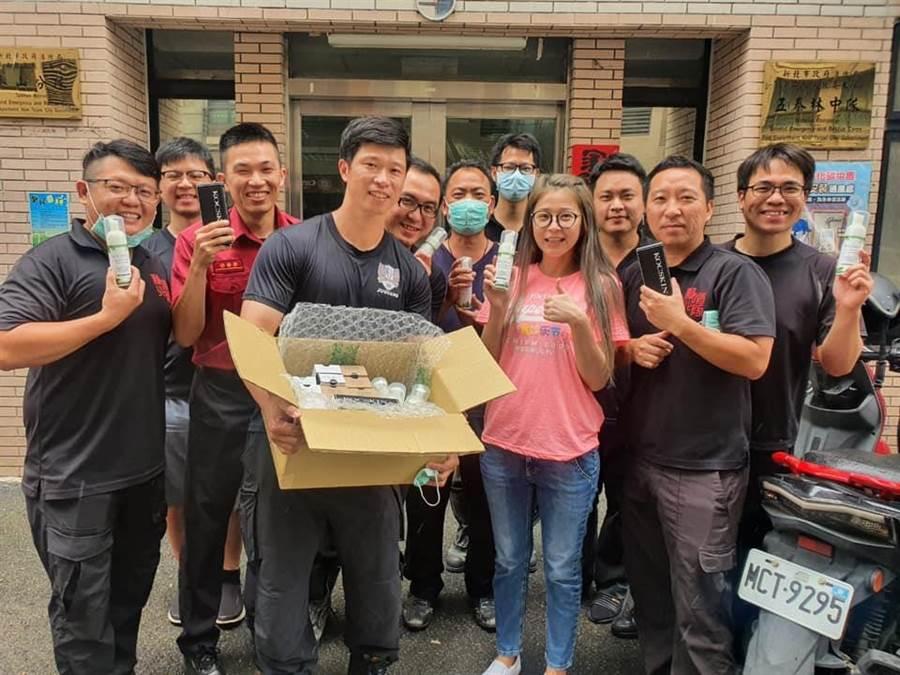 李燕親帶物資到泰山消防分隊捐贈。(摘自臉書)