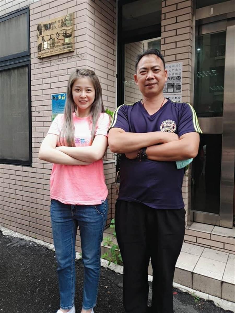 李燕與泰山消防分隊長合影。(摘自臉書)