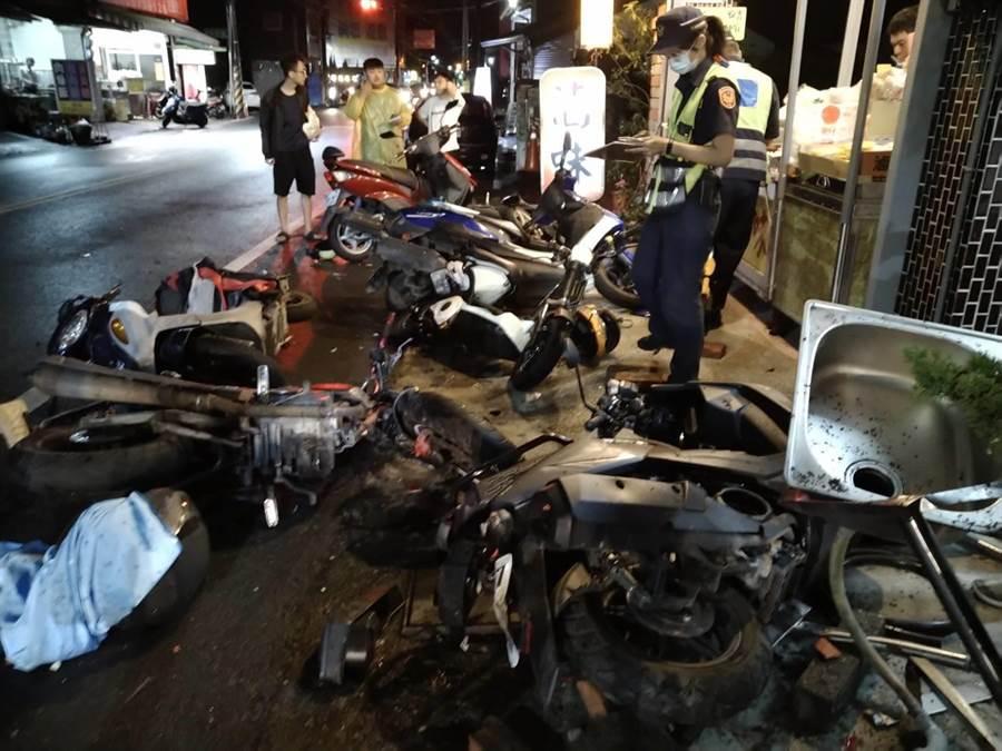 整排機車被撞倒,所幸並無人員傷亡。(翻攝畫面/林和生傳真))