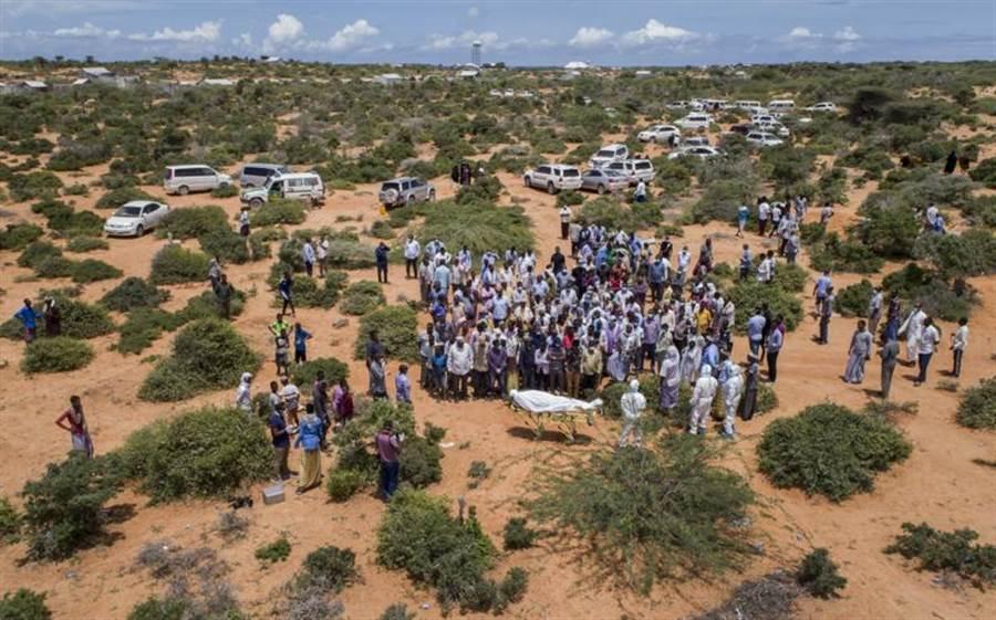 在東非的索馬利亞,親友為罹患新冠肺炎而死的老者送行。(美聯社)
