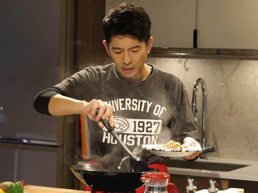 荒山亮《台灣好滋味》節目中秀廚藝。(華視提供)
