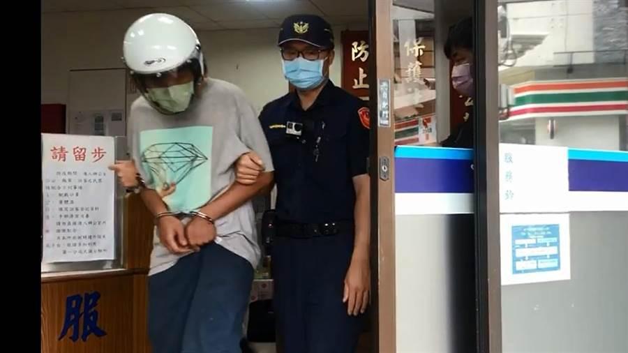 台中市中華夜市遭縱火延燒16戶。警方逮捕嫌犯林男(左1),檢方複訊後,以涉嫌重大等理由,向法院聲押獲准。(讀者提供/陳淑芬台中傳真)