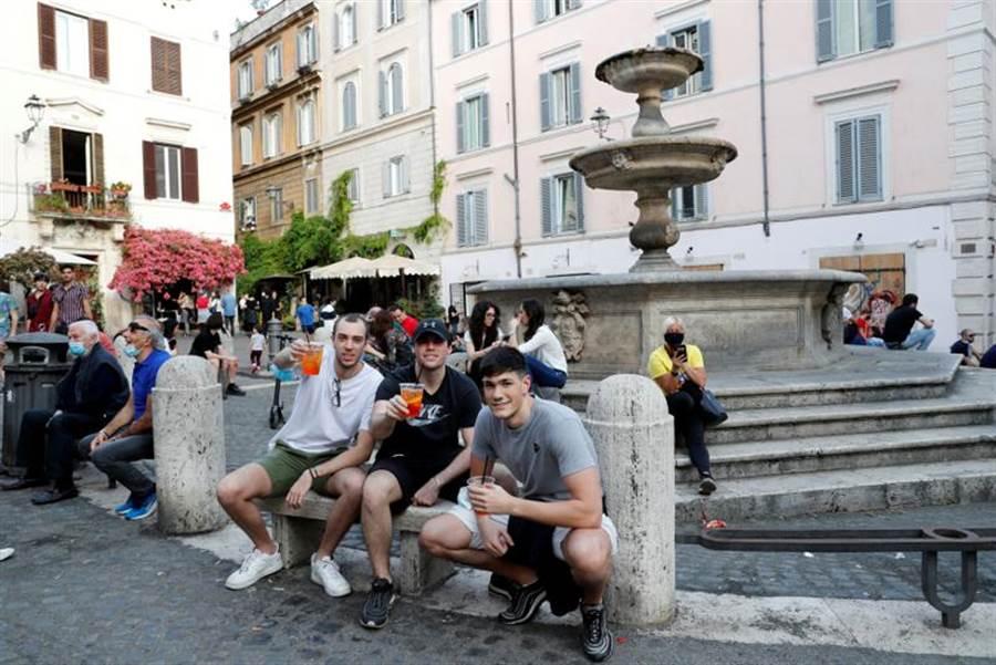 部分義大利年輕人在解封後不顧社交安全距離,讓官員維之氣結。(路透)