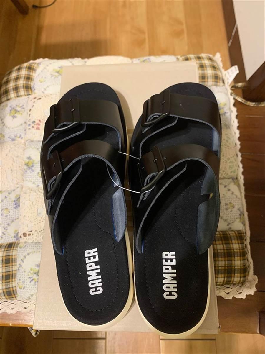 男網友買到兩隻都是左腳的涼鞋,2.3萬網友笑翻了 (圖/翻攝自Costco好市多 商品經驗老實說)