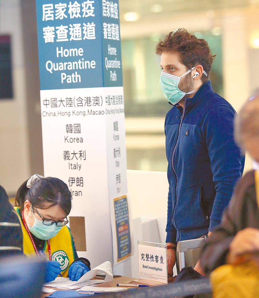 國內新冠肺炎疫情趨緩,指揮中心宣布鬆綁商務來台規定。圖為外籍旅客查驗健康聲明書。(本報資料照片)