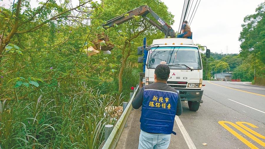 新北市環保局查緝違法業者,圖為稽查人員監看廢棄物清除過程。(新北市環保局提供/葉德正新北傳真)