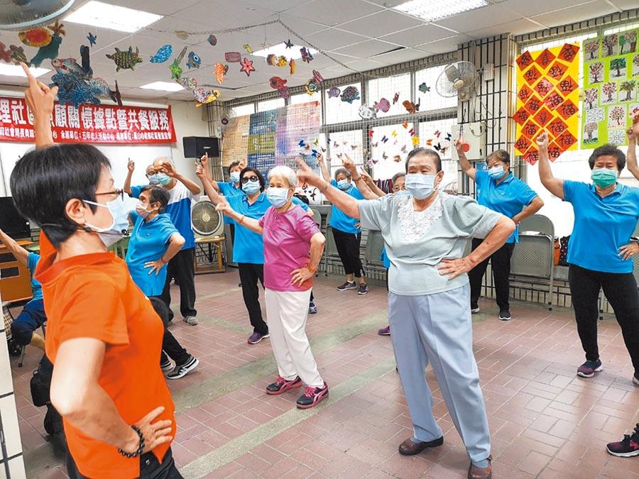 國內新冠肺炎疫情趨於穩定,高雄市各公共場域20日終於開放,每位長輩跟著老師一起動動手腳做運動,非常認真及開心。(林雅惠攝)