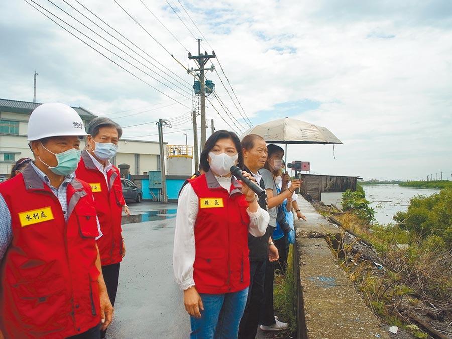 雲林縣長張麗善(左三)勘查抽水系統全面備戰,避免沿海地區再淹水。(張朝欣攝)