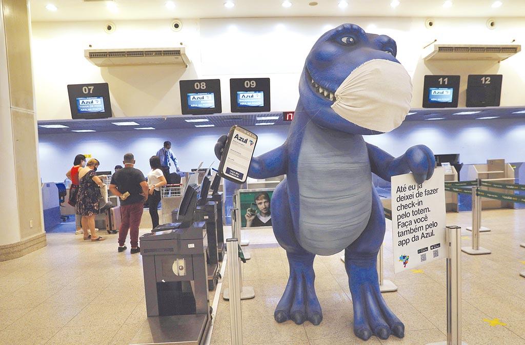 巴西單日病例暴衝近2萬人,累計總數逼近30萬。圖為旅客在航空公司櫃台辦理登機手續。(路透)