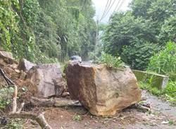 中橫便道封閉 10噸巨石掉落阻路嚇壞人