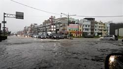 暴雨侵襲高雄 仁武區道路成為滾滾黃河