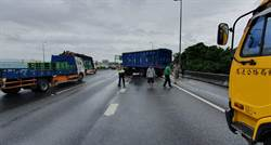 國道1北上193公里處大貨櫃車打滑 折甘蔗斷兩截橫堵車道…