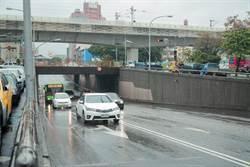 東區建成路地下道填平 雨中開工