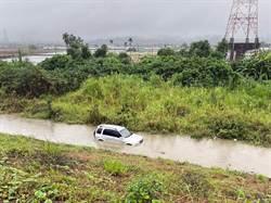 車道變河道!里嶺大橋下駕駛遇暴雨驚險逃出