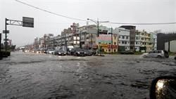 雨彈轟炸他路邊洗頭 網:有故事的男人