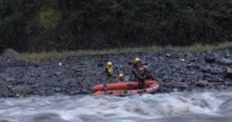 屏東溪水暴漲4人受困 警消繩索橡皮艇助脫困