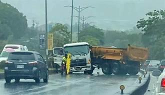 雨彈狂炸 彰市外環道砂石車撞分隔島折甘蔗斷兩截
