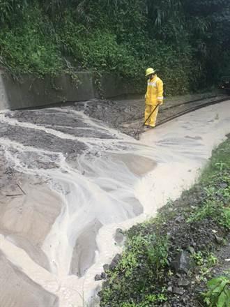 林鐵奮起湖車站附近鐵軌遭土石掩蓋 預計明日清理完成