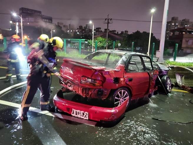 起火燃燒車輛為紅色自小客,撞在內側護欄處車內廿六歲許姓男子已燒成焦屍。(民眾提供/盧金足台中傳真)