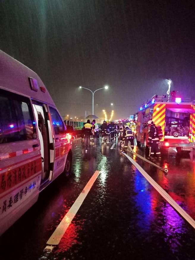 台中市西屯區台74中彰道路,潭子往烏日方向,21日晚上九點多,大雨中發生一起3輛自小客車疑追撞。(民眾提供/盧金足台中傳真)