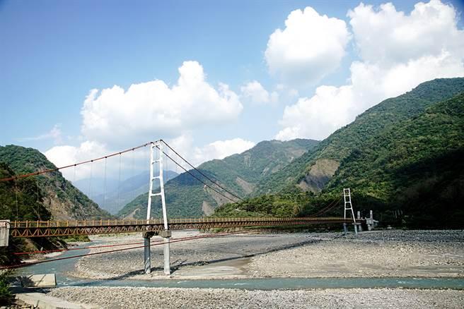 進入高中部落的索阿紀吊橋,橫跨在荖濃溪上,是全台最長的車行吊橋。(攝影/曾信耀/Takao樂高雄/提供)
