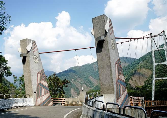 索阿紀吊橋山豬造型的橋台,搭配橋柱彩繪熊鷹羽毛圖樣的橋柱,充滿濃厚的拉阿魯哇族原民圖騰美學。(攝影/曾信耀/Takao樂高雄/提供)