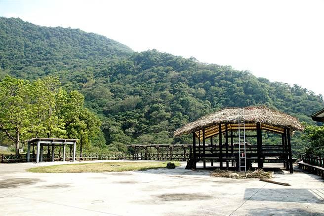 拉阿魯哇文化祭場建置在美蘭社區裡,以茅草搭設而建,拉阿魯哇族人每年都會聚集舉辦貝神祭。(攝影/曾信耀/Takao樂高雄/提供)
