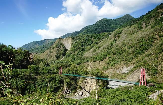 馬舒霍爾吊橋、梅山吊橋橫亙在叢山峻嶺間,通往部落的秘境。(攝影/曾信耀/Takao樂高雄/提供)