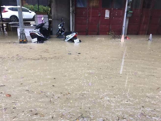 鹽埕馬路驚見「湧泉」 高雄人:天公伯卡韓!
