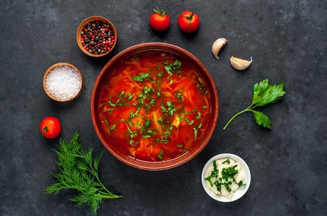 「王菲巫婆湯」因為加入2至3顆番茄,湯看起來呈現紅色。(示意圖/shutterstock提供)
