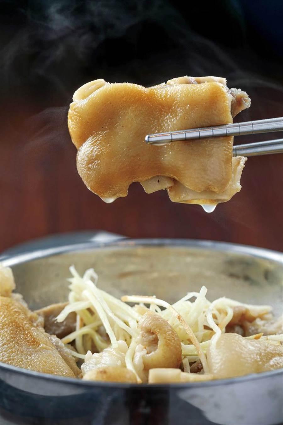 品嘗「豬腳湯」時,Q軟的豬腳愈嚼愈香。(100元)(圖/林士傑攝)